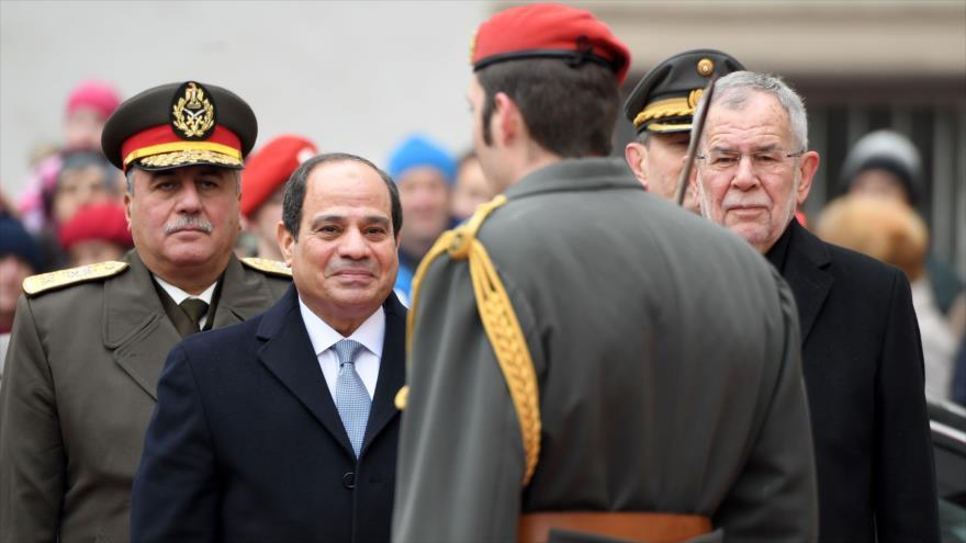 El presidente egipcio, Abdel Fatah al-Sisi (izq.), en una ceremonia en Viena, 17 de diciembre de 2018. (Foto: AFP)
