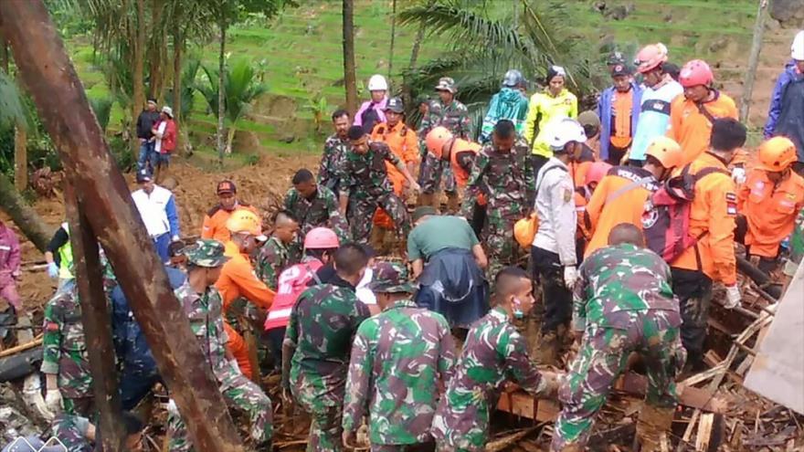 Rescatistas buscan sobrevivientes del deslizamiento de tierra en la ciudad de Sukabumi, Java, Indonesia. 1 de enero de 2019. (Foto: AFP)