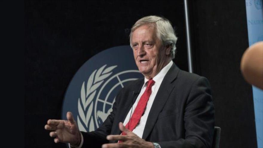 El enviado especial de la ONU en Somalia, Nicholas Haysom, habla durante una entrevista.