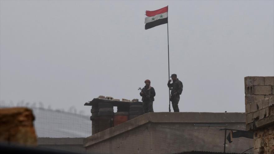 Soldado impide que patrulla de EEUU retire bandera siria en Manbij
