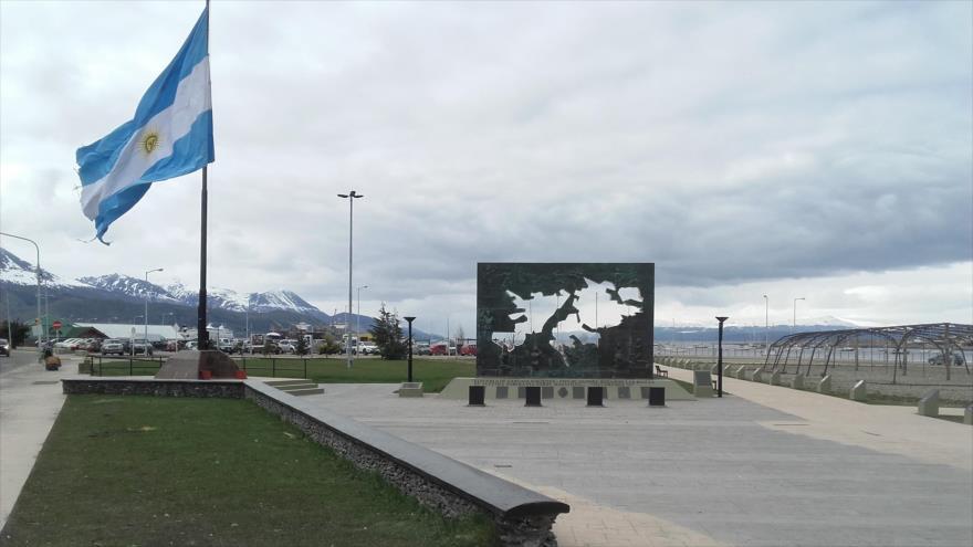 La bandera de Argentina ondea junto al Monumento a los Caídos en las islas Malvinas en la sureña ciudad de Ushuaia.