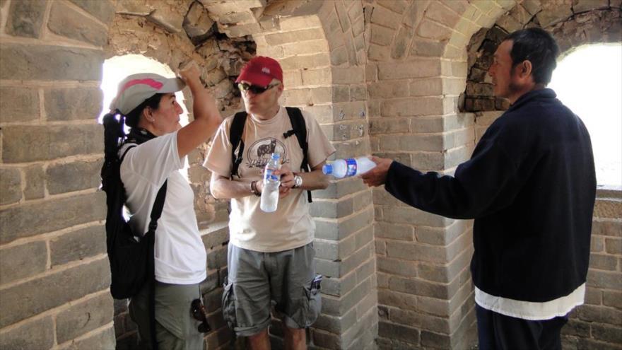 Turistas estadounidenses visitando la muralla china.