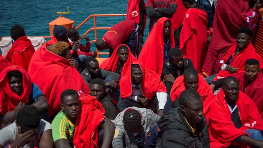 Migrantes a bordo de un barco en el puerto de Tarifa, en Cádiz, España, 14 de julio de 2018. (Foto: AFP)