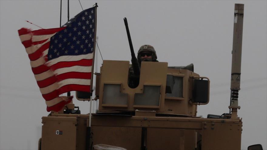 Un soldado de EE.UU. montado en un vehículo blindado en la ciudad de Manbiy, al norte de Siria, 30 de diciembre de 2018. (Foto: AFP)