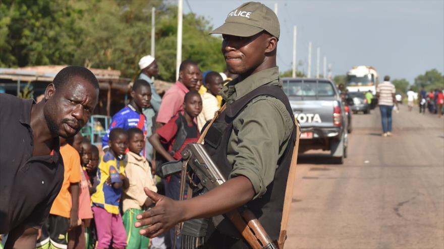 Un policía patrullando en el centro de Ouahigouya, al este de Burkina Faso, 29 de octubre de 2018. (Foto: AFP)