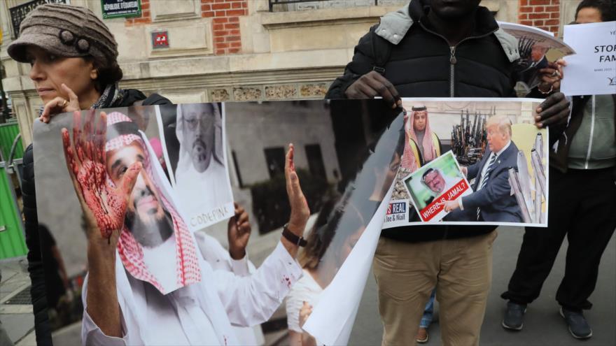 Manifestantes portan carteles en los que se denuncia el asesinato del periodista saudí Jamal Khashoggi, embajada saudí en París, 26 de octubre de 2018. (Foto: AFP)