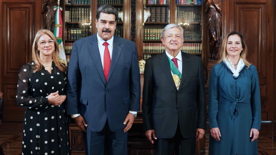 Presidentes de Venezuela y México, Nicolás Maduro y Andrés Manuel López Obrador, respectivamente, junto a sus esposas, 1 de diciembre de 2018. (Foto: AFP)