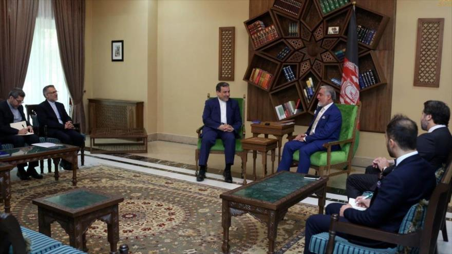 Seyed Abás Araqchi, viceministro de Exteriores de Irán, y el presidente Ejecutivo de Afganistán, Abdolá Abdolá, se reúnen en Kabul, 5 de enero de 2018.