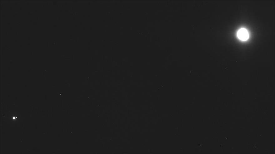 La NASA publicó una imagen espectacular en la que aparecen el astroide Bennu (dcha.), la Tierra y la Luna (izda.).