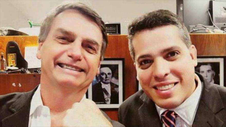 El presidente de Brasil, Jair Bolsonaro (izda.), junto con Rodrigo Amorim, el diputado estatal más votado de la ciudad brasileña de Río de Janeiro.