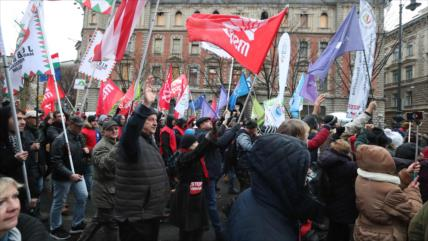 Los húngaros se manifiestan contra reforma laboral de Orbán