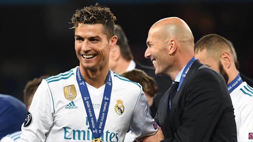 El entrenador Zinedine Zidane (dcha.) y el jugador portugués Cristiano Ronaldo tras ganar la Liga de Campeones, 26 de mayo de 2018. (Foto: AFP)