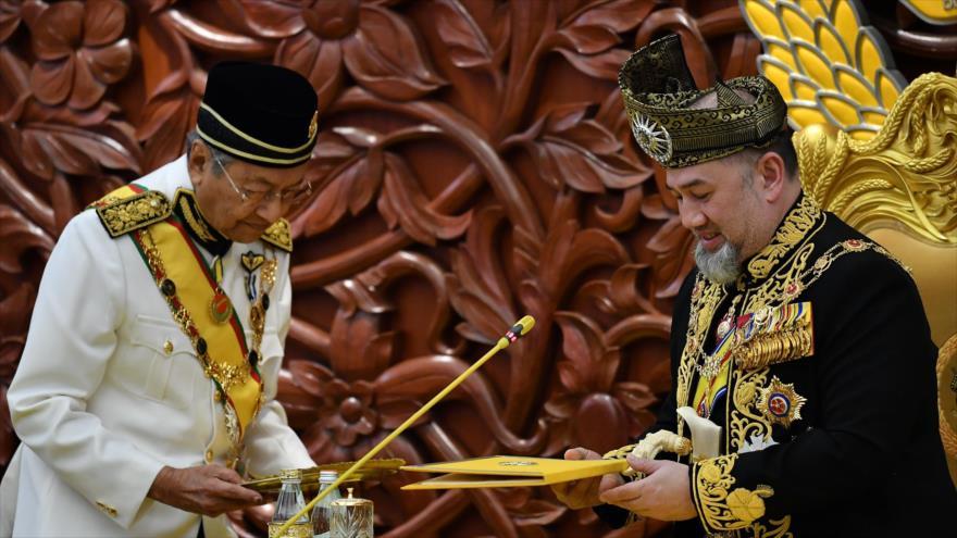Sultán Muhamad V (dcha.), el décimo quinto rey de Malasia, durante una ceremonia oficial, 17 de julio de 2018. (Foto: AFP)
