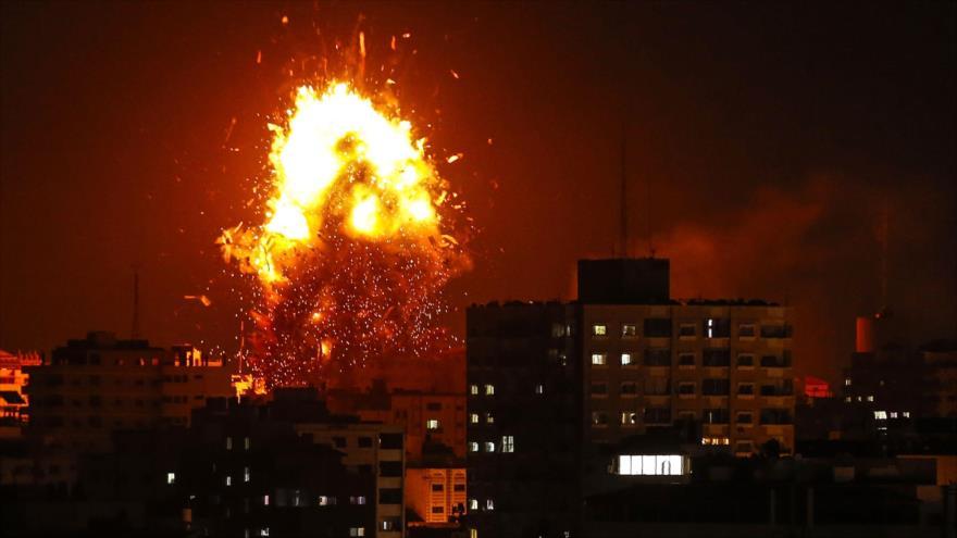 Una explosión provocada por un ataque aéreo israelí contra la cadena palestina Al-Aqsa, en Gaza, 12 de noviembre de 2018. (Foto: AFP)