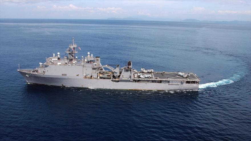 Un helicóptero del Cuerpo de Marines de EE.UU. se prepara para despegar del buque estadounidense USS Fort McHenry.