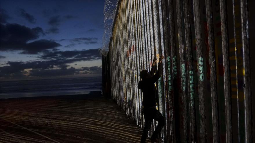 Un migrante intenta escalar un muro levantado en la frontera con EE.UU., 6 de enero de 2019. (Foto: AFP)