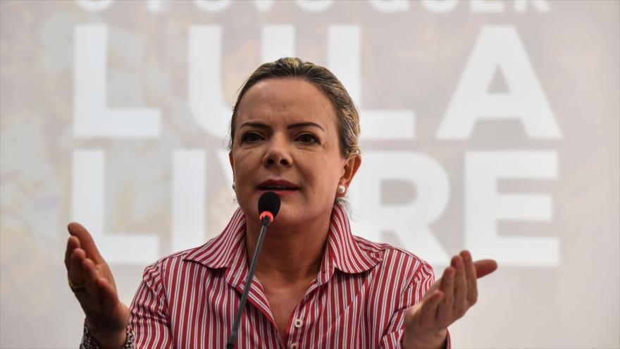 La presidenta del Partido de los Trabajadores (PT) de Brasil, Gleisi Hoffmann, habla con la prensa en Sao Paulo, 13 de agosto de 2018. (Foto: AFP)