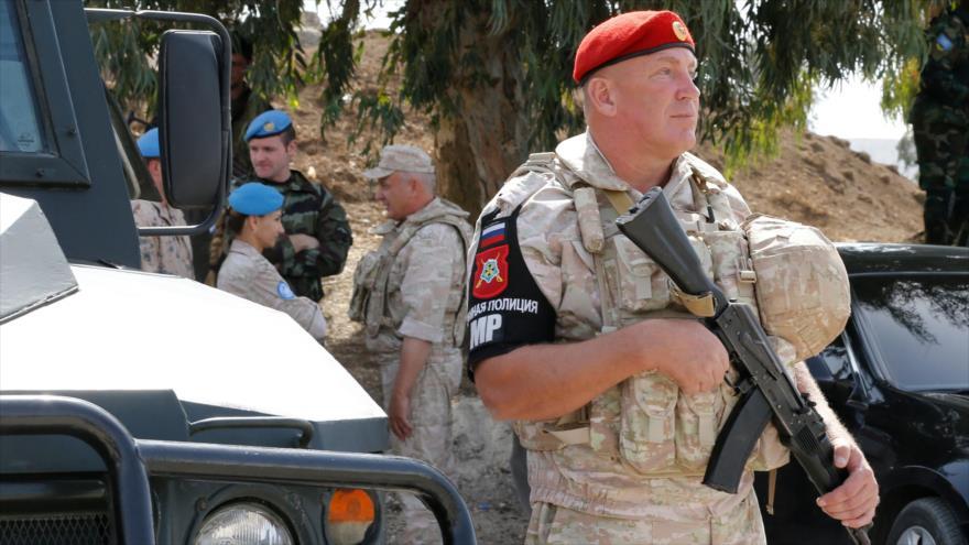 Los policías militares rusos desplegados en la provincia siria de Al-Quneitra, cerca del Golán ocupado por Israel, 15 de octubre de 2018. (Foto: AFP)