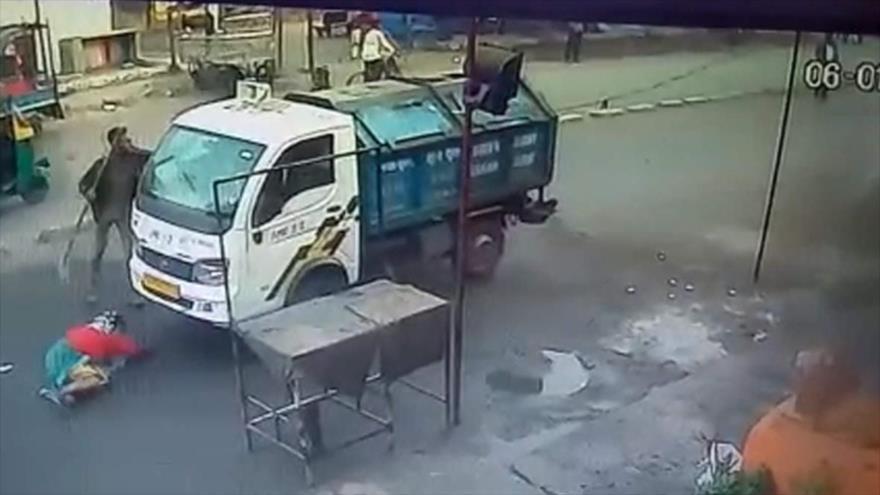 Vídeo: Camión atropella a mujer india que rezaba en plena calle