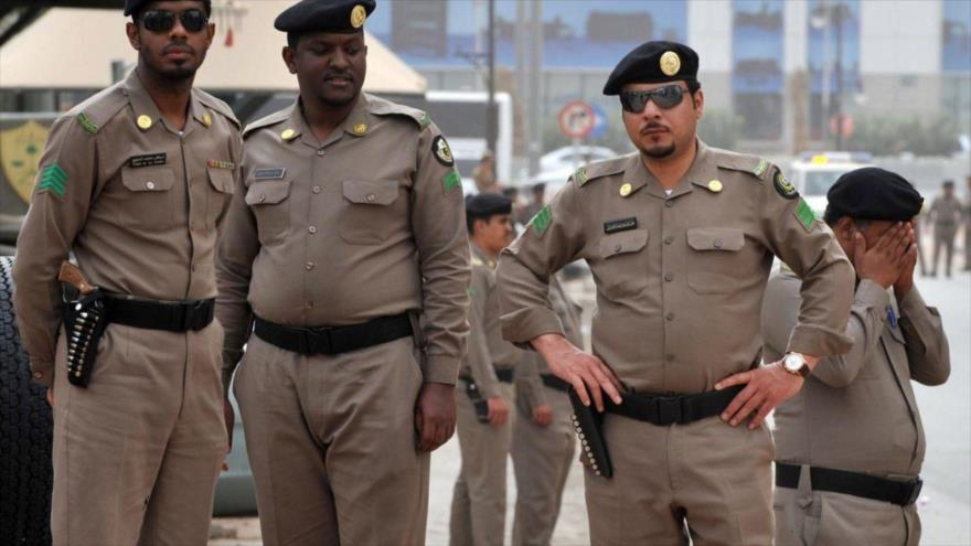 Varios agentes de la Policía de Arabia Saudí participan en un patrullaje en Riad, la capital saudí.