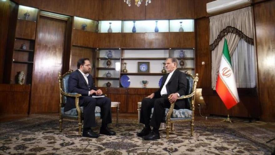 El vicepresidente primero de Irán, Eshaq Yahanquiri (dcha.), en una entrevista con Euronews, 8 de enero de 2018. (Foto: Euronews)