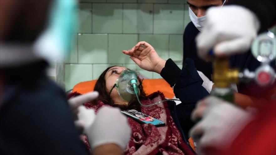 Médicos atienden a una siria herida en un ataque con gas cloro en Alepo, 24 de noviembre de 2018. (Foto: AFP).
