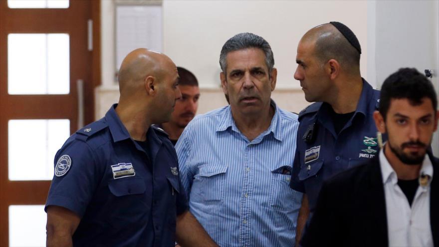 Gonen Segev, exministro israelí acusado de espiar para Irán, es escoltado por guardias en una corte en Al-Quds (Jerusalén), 5 de julio de 2018. (Foto: AFP)