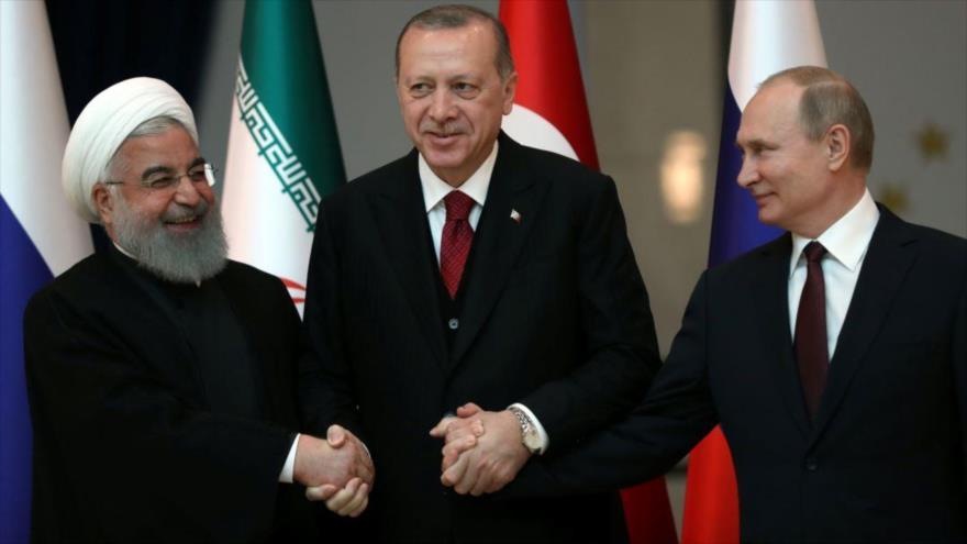 El presidente tuco, Recep Tayyip Erdogan (centro), junto con sus pares de Irán, Hasan Rohani (izda.) y de Rusia, Vladimir Putin, 4 de abril de 2018.