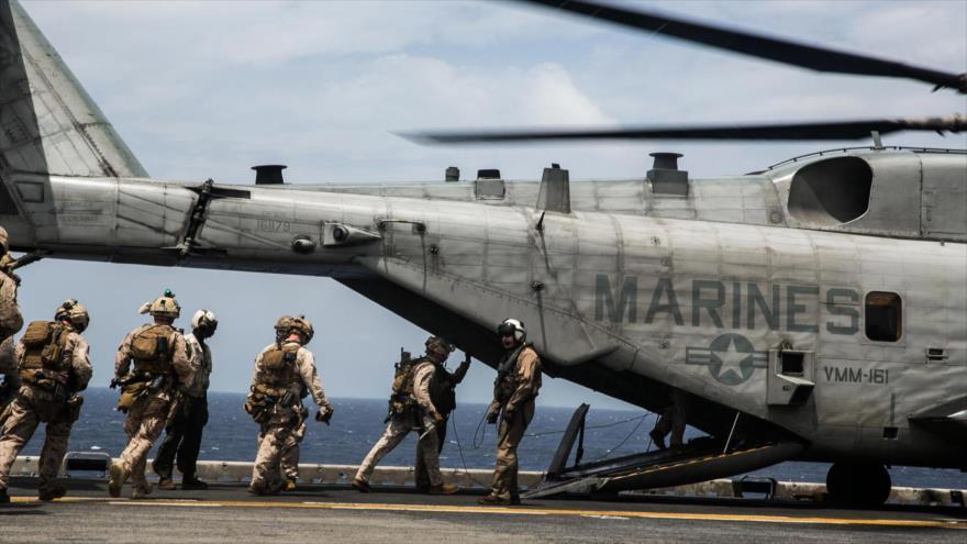 Los marines estadounidenses suben a un helicóptero Super Stallion CH-53E a bordo del portaviones USS Essex en 2015.