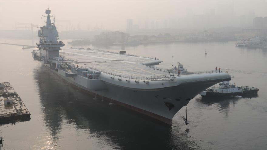 El primer portaaviones de fabricación china, conocido como 'Tipo 001', cerca de la ciudad nororiental de Dalian, 13 de mayo de 2018. (Foto: AFP)