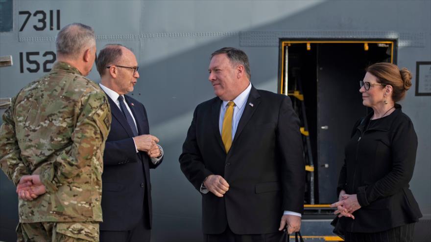 El secretario de Estado de EE.UU., Mike Pompeo (centro), llega a Bagdad en un avión militar modelo C-130, 9 de enero de 2019. (Foto: AFP)