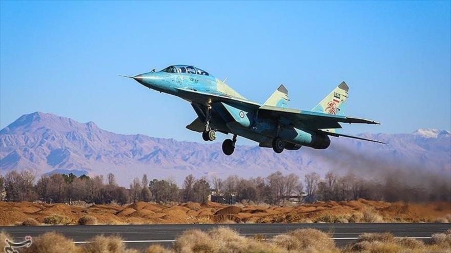 Un avión de combate del Ejército de Irán despega de la base militar Shahid Babai en Isfahán para participar en una maniobra militar, 10 de enero de 2019.