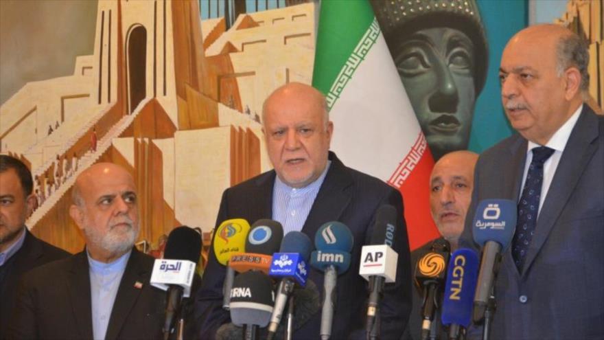 Los ministros del Petróleo de Irán e Irak, Biyan Namdar Zanganeh (centro) y Samir al-Qazban (dcha.), en una rueda de prensa, Bagdad, 10 de enero de 2019.