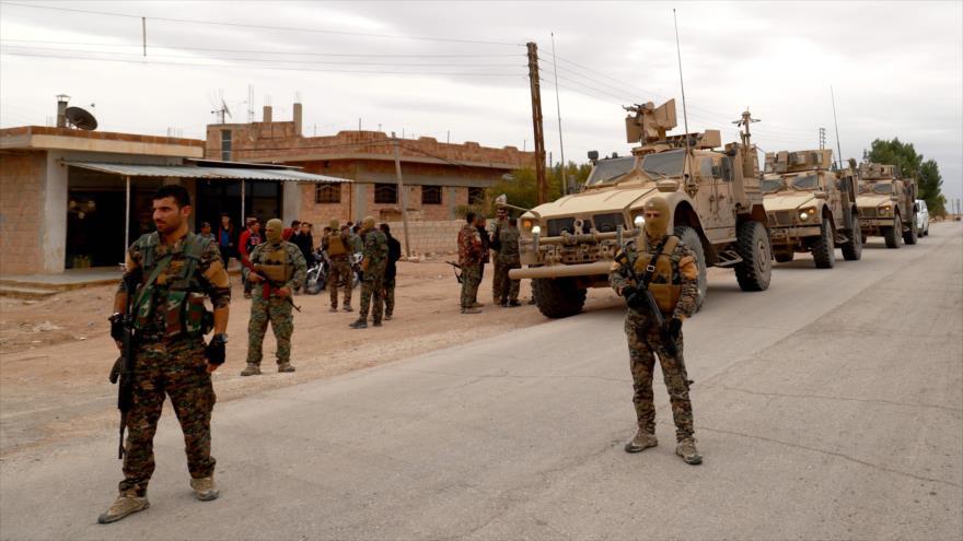 Milicianos de las Fuerzas Democráticas Sirias patrullan una ciudad en el noreste sirio, 4 de noviembre de 2018. (Foto: AFP)