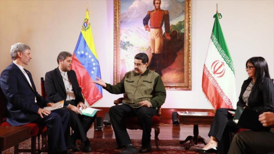El ministro de Defensa de Irán, Amir Hatami (izda.), se reúne con el presidente venezolano (centro), Nicolás Maduro, en Caracas, 11 de enero de 2018.