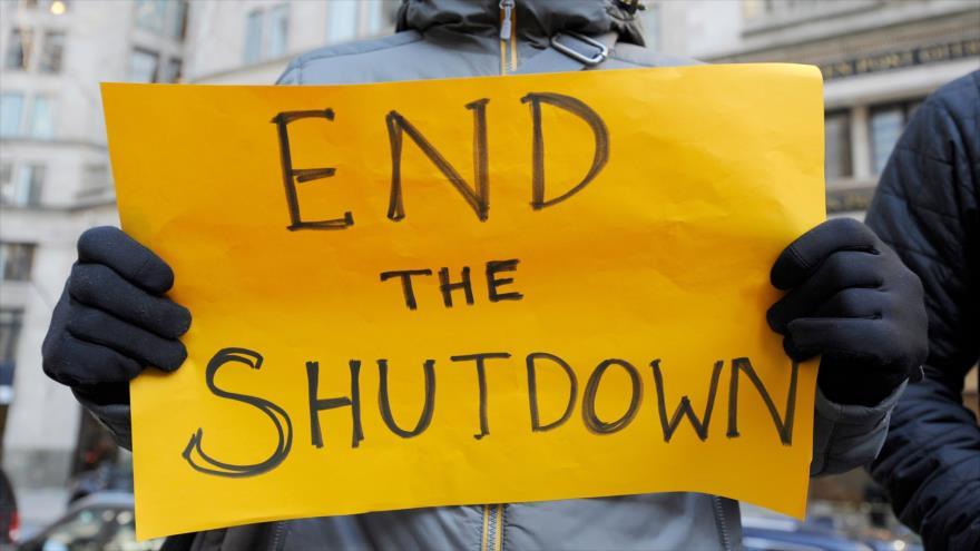 Estadounidenses denuncian en un mitin de protesta celebrada en Boston el cierre parcial del Gobierno, 11 de enero de 2019. (Foto: AFP)