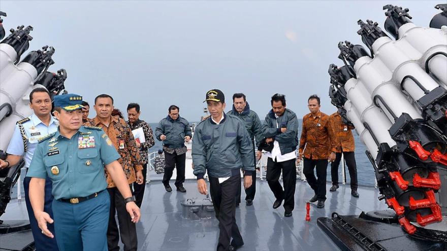 El presidente de Indonesia, Joko Widodo (centro), visita un buque militar en las islas de Natuna, mar de la China Meridional, 23 de junio de 2016.