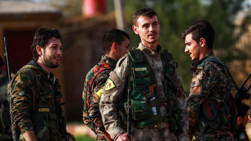 Miembros de las Unidades de Protección Popular (YPG) en Al-Qamishli, en el noreste de Siria, 6 de diciembre de 2018. (Foto: AFP)