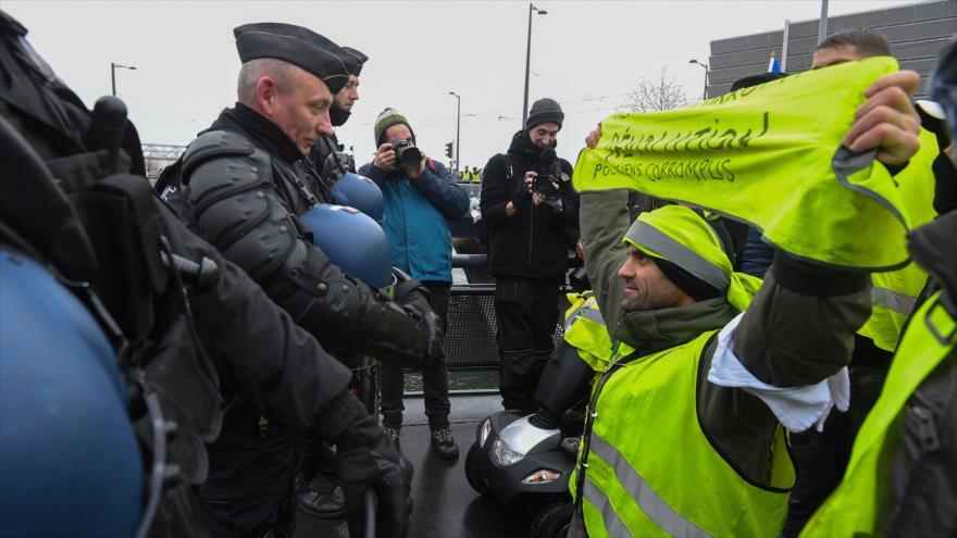 """Los """"chalecos amarillos"""" franceses continúan su lucha en la calle"""