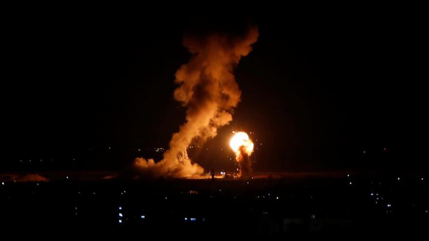 Columna de humo se levanta después de que aviones israelíes bombardearon una zona en la Franja de Gaza.