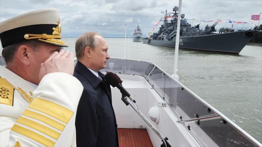 El presidente ruso, Vladimir Putin, participa en una ceremonia conmemorativa por el Día de la Armada en Baltiysk (noroeste).