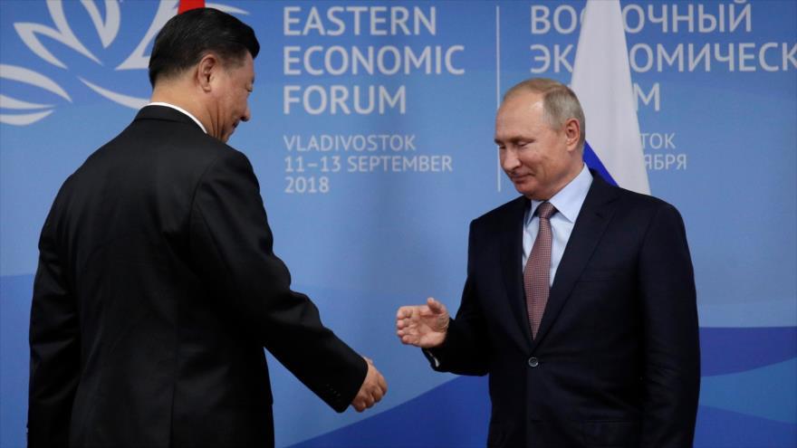 El presidente chino, Xi Jinging (izq.), y su par ruso, Vladimir Putin, se reúnen en la ciudad rusa de Vladivostok, 11 de septiembre de 2018. (Foto: AFP)