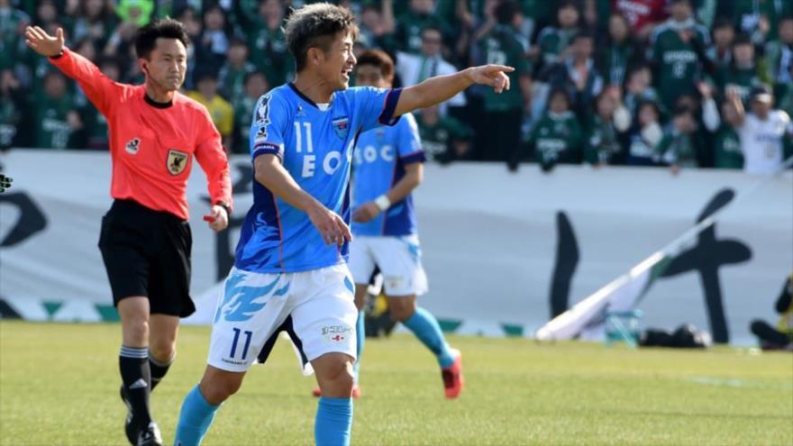 El jugador japonés de fútbol Kazuyoshi Miura durante un partido en la liga de Japón, 26 de febrero de 2017, (Foto: AFP).