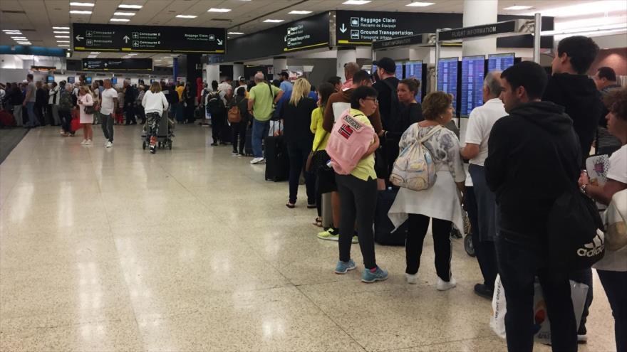 Los pasajeros hacen fila en el aeropuerto Internacional de Miami, 13 de enero de 2019. (Foto: AFP)