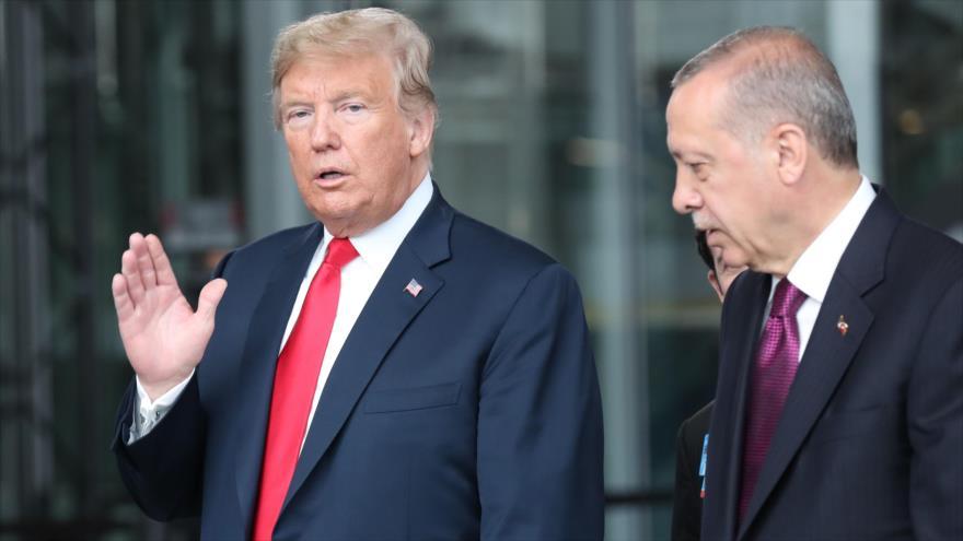 El presidente de EE.UU., Donald Trump (izq.), habla con su par turco, Recep Tayyip Erdogan, en Bruselas, 11 de julio de 2018. (Foto: AFP)