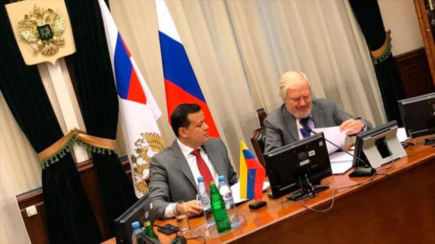 El viceministro de Finanzas de Rusia, Serguéi Storchak (dcha.), y el ministro de Economía de Venezuela Simon Zerpa, Moscú, 16 de noviembre de 2017.