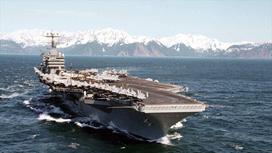 El portaviones USS Abraham Lincoln participa en unas operaciones de vuelo en el golfo de Alaska.