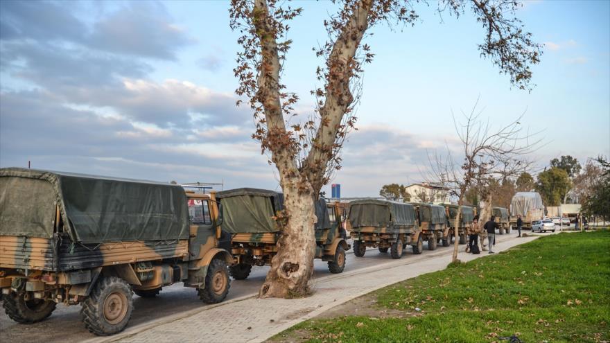 Convoy militar de Turquía en la ciudad de Kirikhan en la frontera con Siria,12 de enero de 2019. (Foto: AFP)