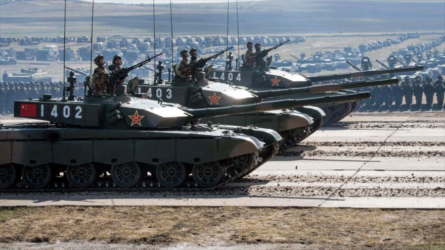 Tanques chinos durante un desfile militar cerca de las fronteras con Mongolia, 13 de septiembre de 2018. (Foto: AFP)
