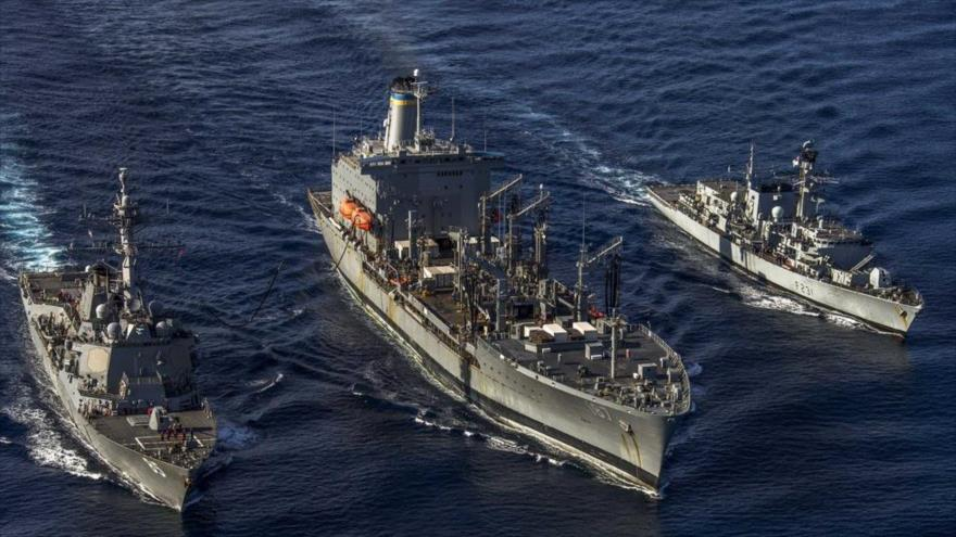 Un destructor estadounidense USS McCampbell (izq.), junto a un buque Henry J. Kaiser de EE.UU. (centro) y una fragata británica HMS Argyll (dcha.).